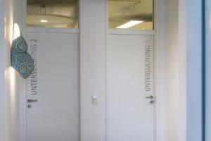 zwei weiße Wartezimmertüren