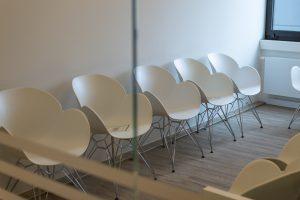 Wartezimmer mit weißen Schalensesseln