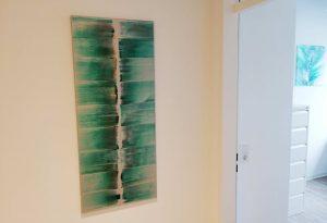 modernes grünes Gemälde an der Wand