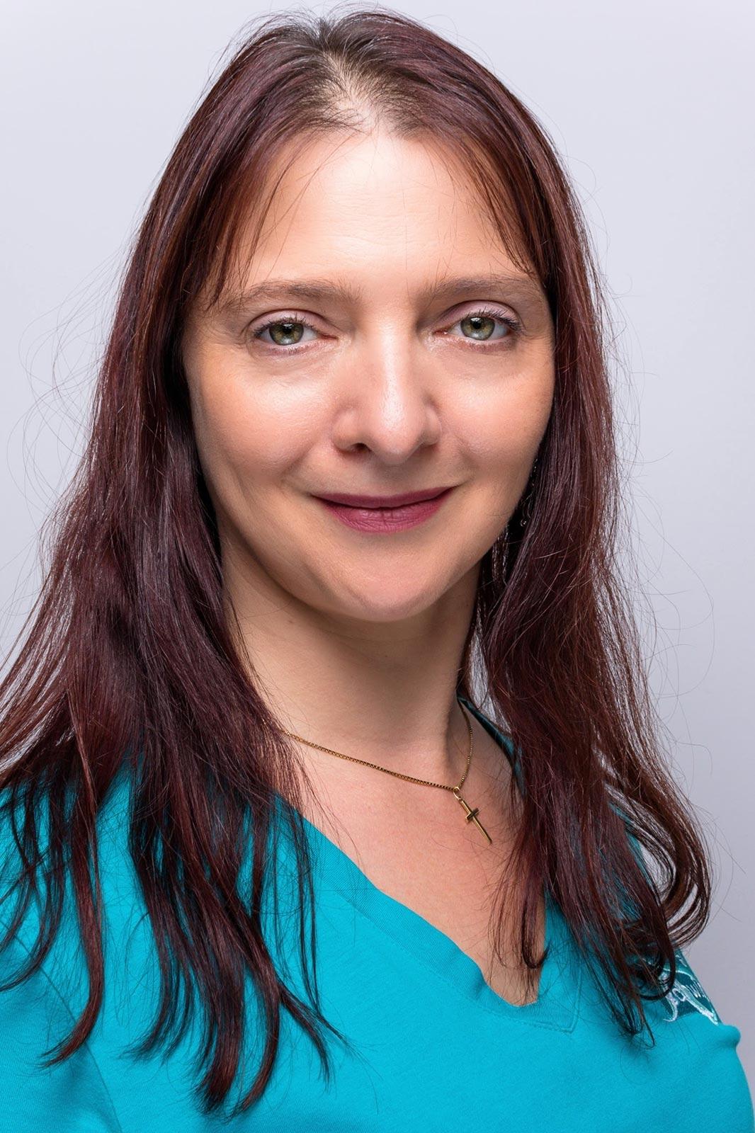 Portrait von Manuela Müller in türkis-farbenen Shirt